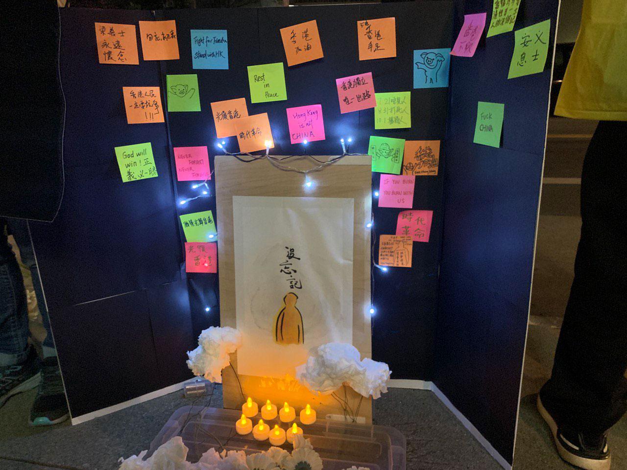 追思会会场上的小型黑色连侬墙、蜡烛与白色鲜花。(孙诚拍摄,独家首发)