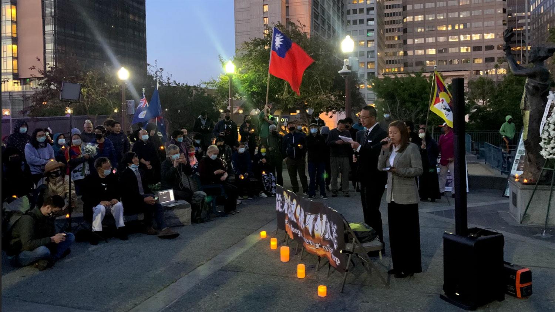 2021年6月3日,社会各界、各族裔人士身着深色服装,聚集在旧金山唐人街花园角广场,举行了纪念六四事件32周年演讲及悼念集会。(孙诚拍摄/独家首发)