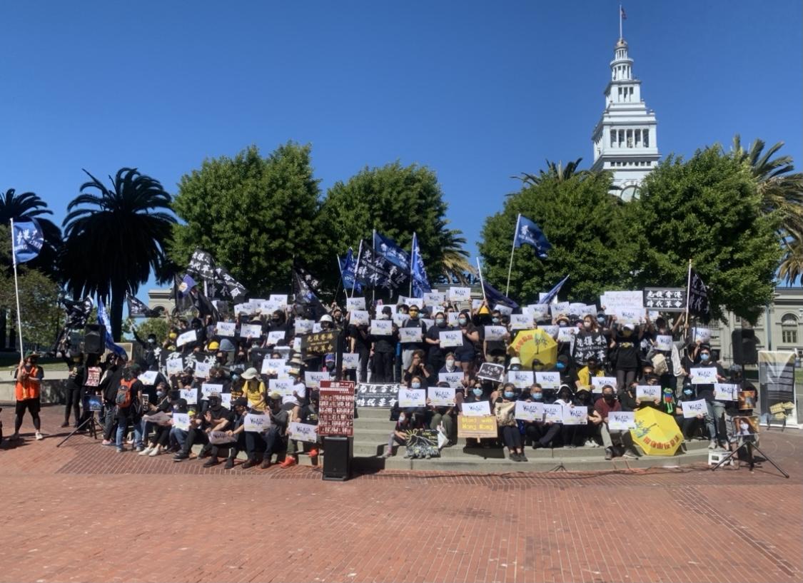 """今年6月12日下午2時,數百名身着黑衣的人士聚集在舊金山市中心的碼頭廣場(Embarcadero Plaza),舉行""""如水再聚""""集會,紀念香港612事件兩週年。(孫誠拍攝,獨家首發 )"""