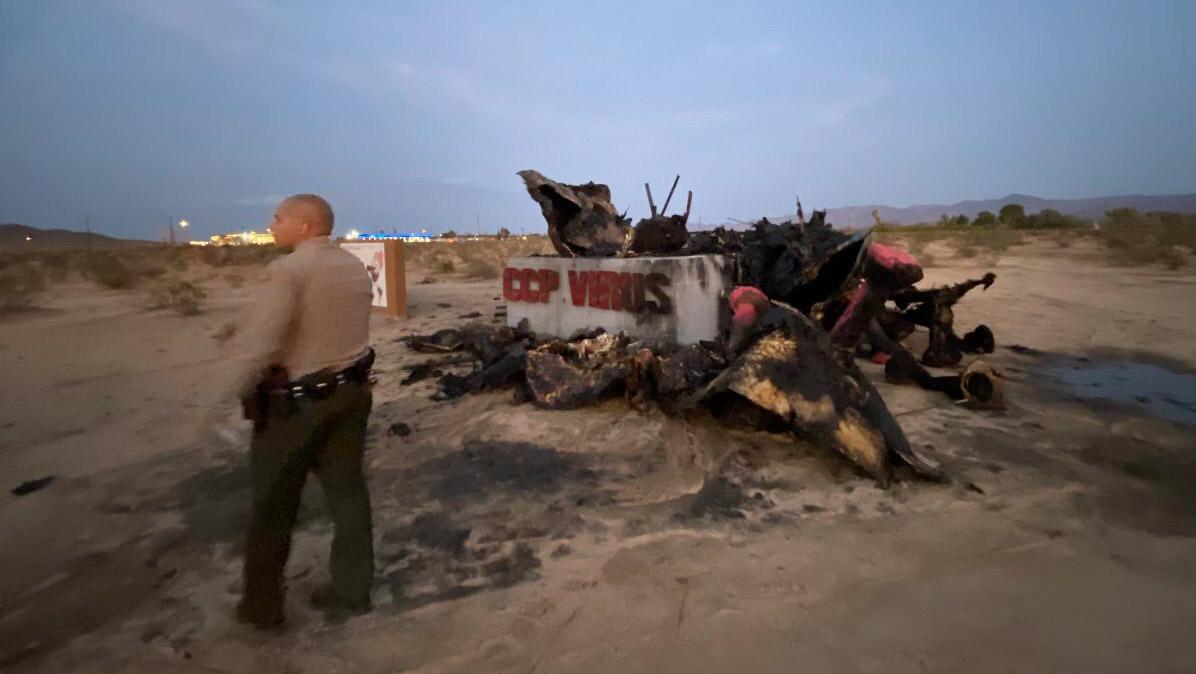"""2021年7月23日黄昏,南加州自由雕塑公园""""中共病毒""""雕塑被焚毁后的情形。(陈维明提供)"""