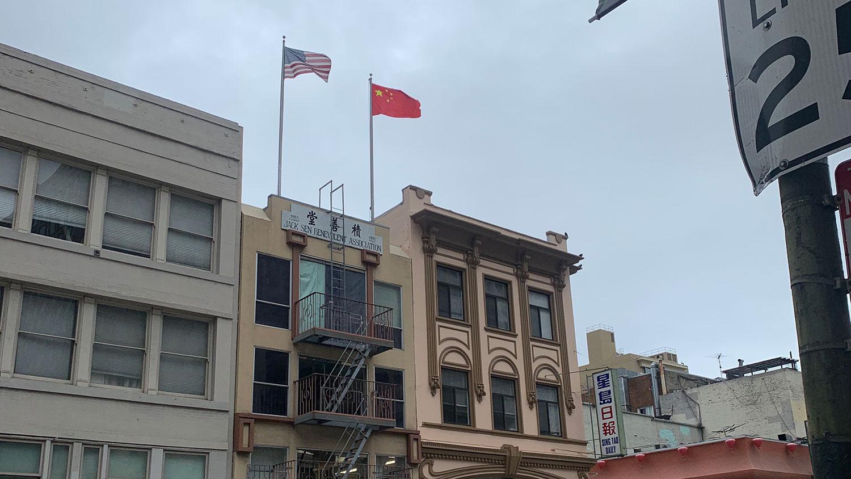 """2020年""""双十""""这天,积善堂仍在悬挂五星红旗。(孙诚拍摄)"""