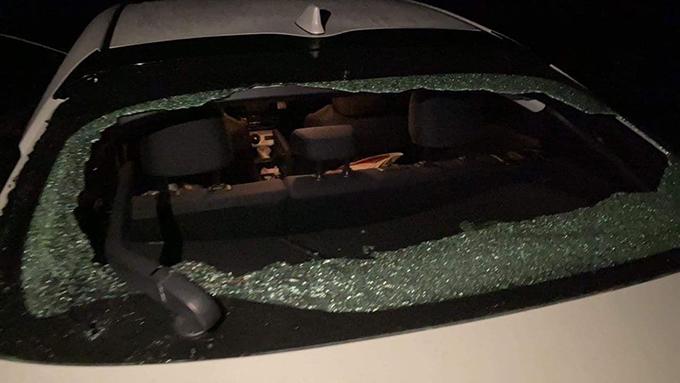 活動參加者的車輛被身份不明的人士破壞後玻璃被打碎(臉書截圖)