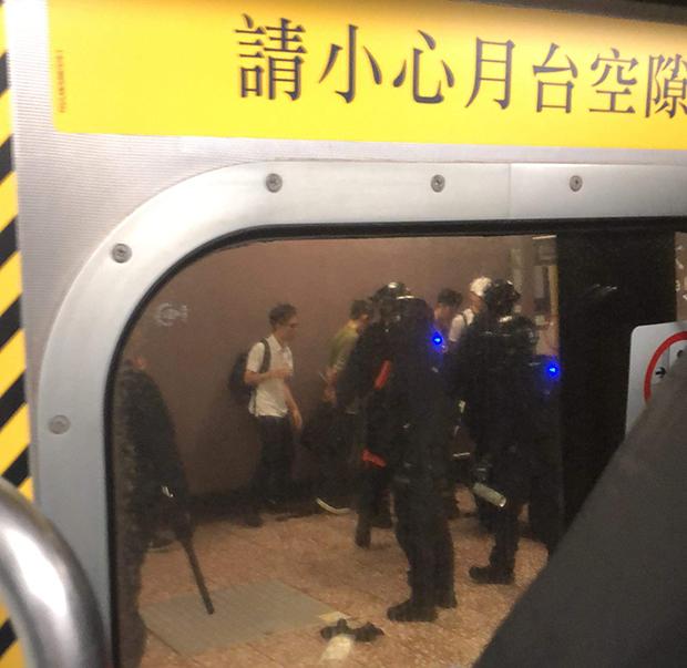2019年8月31日夜晚泰瑞·李在太子站的車廂內拍攝的月台上的情況,圖片中可見被警察逮捕的年輕人。(泰瑞·李提供,獨家首發)
