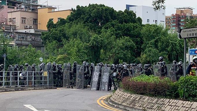 2019年7月27日,泰瑞·李在元朗參加街頭抗爭時拍攝的防暴警察陣線。(泰瑞·李提供,獨家首發)