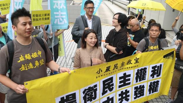 刘小丽到高等法院听审时,多名支持者到场支持。(王四维拍摄)