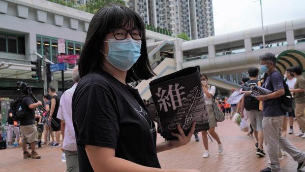 香港支联会副主席邹幸彤在街头呼吁民众参加维园六四烛光晚会(记者邓颖韬摄)