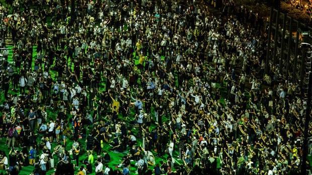 香港民众参加2020年6月4日在维多利亚公园举行的纪念六四31周年烛光晚会(法新社)