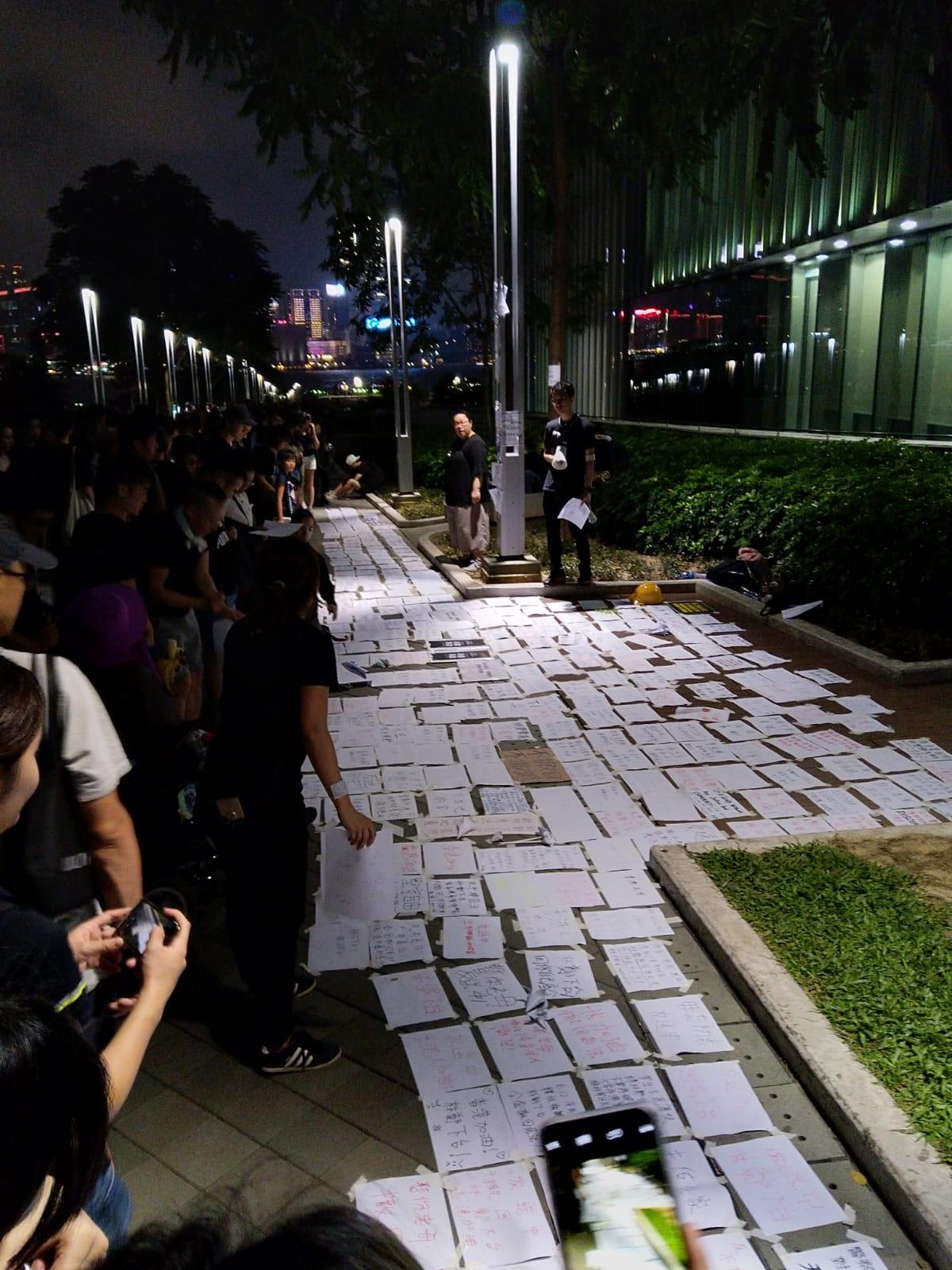 """2019年6月16日,近200万不满香港政府拒绝撤回""""送中""""条例的香港市民举行了示威游行。图为香港市民写的夙愿卡。16日深夜 。(戴维提供)"""