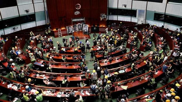 逾百激进示威者2019年7月1日晚一度占领立法会(路透社)