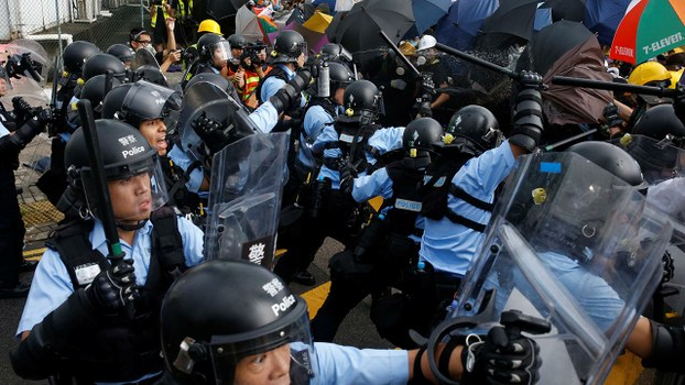 2019年7月1日香港举办回归庆典,期间逾千名示威者与警方爆发激烈冲突。(路透社)