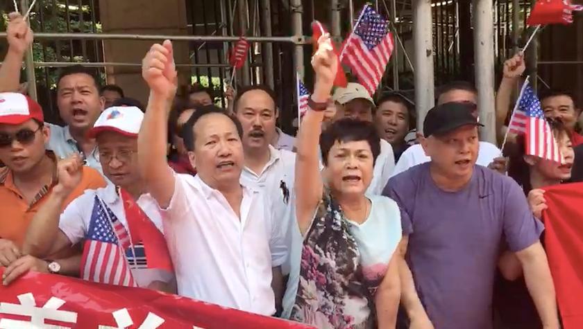 现场的抗议人群,前排穿白色衣服的是梁冠军。(王允拍摄)