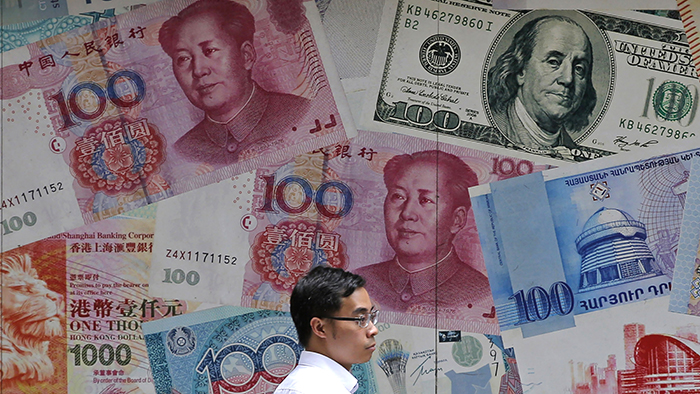 香港一家货币兑换店陈列的各种纸币(美联社)