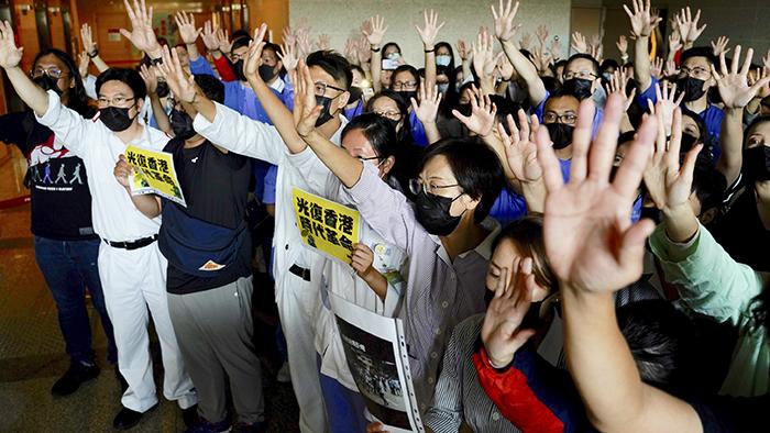 """2019年9月16日,医务工作者在香港威尔士王子医院伸开五指,表达""""五大诉求""""。(美联社)"""