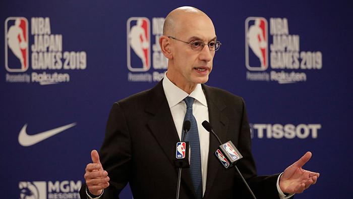 2019年10月8日,NBA总裁萧华(Adam Silver)在东京NBA季前篮球比赛前的新闻发布会上讲话。(美联社)