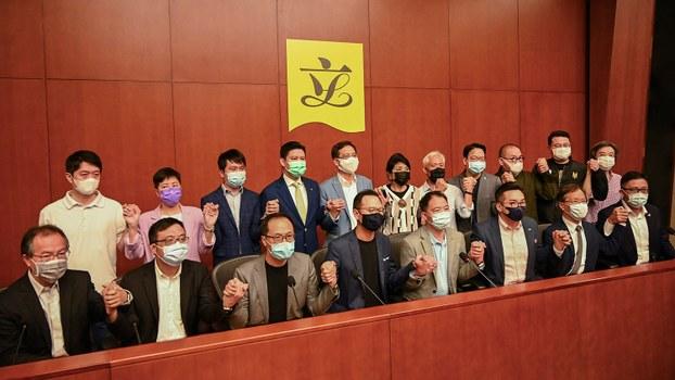 多家港媒報道,北京將以違反香港《基本法》第104條爲由,褫奪至少四名民主派立法會議員的資格。2020年11月9日,民主派議員在新聞發佈會上表示,一旦北京落實取消部分議員資格就集體總辭。(法新社)