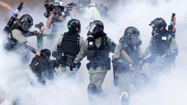 2019年11月18日蒙面执法的香港警察(美联社)