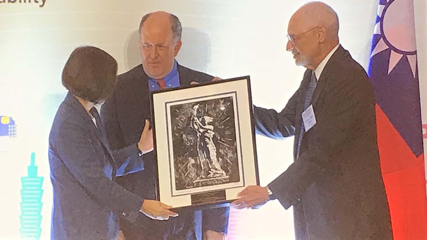12日晚宴上,哥伦比亚大学黎安友教授(右)代表美国民主基金会和自由之家向蔡英文总统赠送纪念品。(王允拍摄)