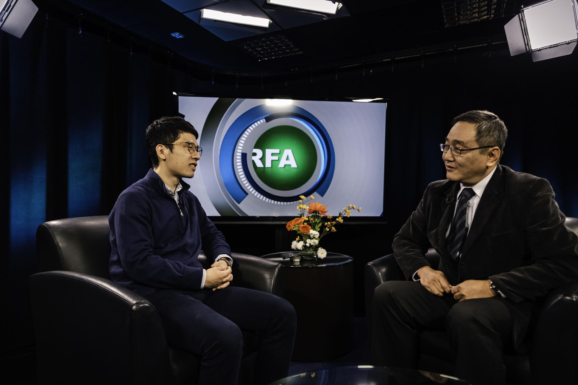 香港众志常委罗冠聪(左)在接受本台记者石山的采访。(RFA)