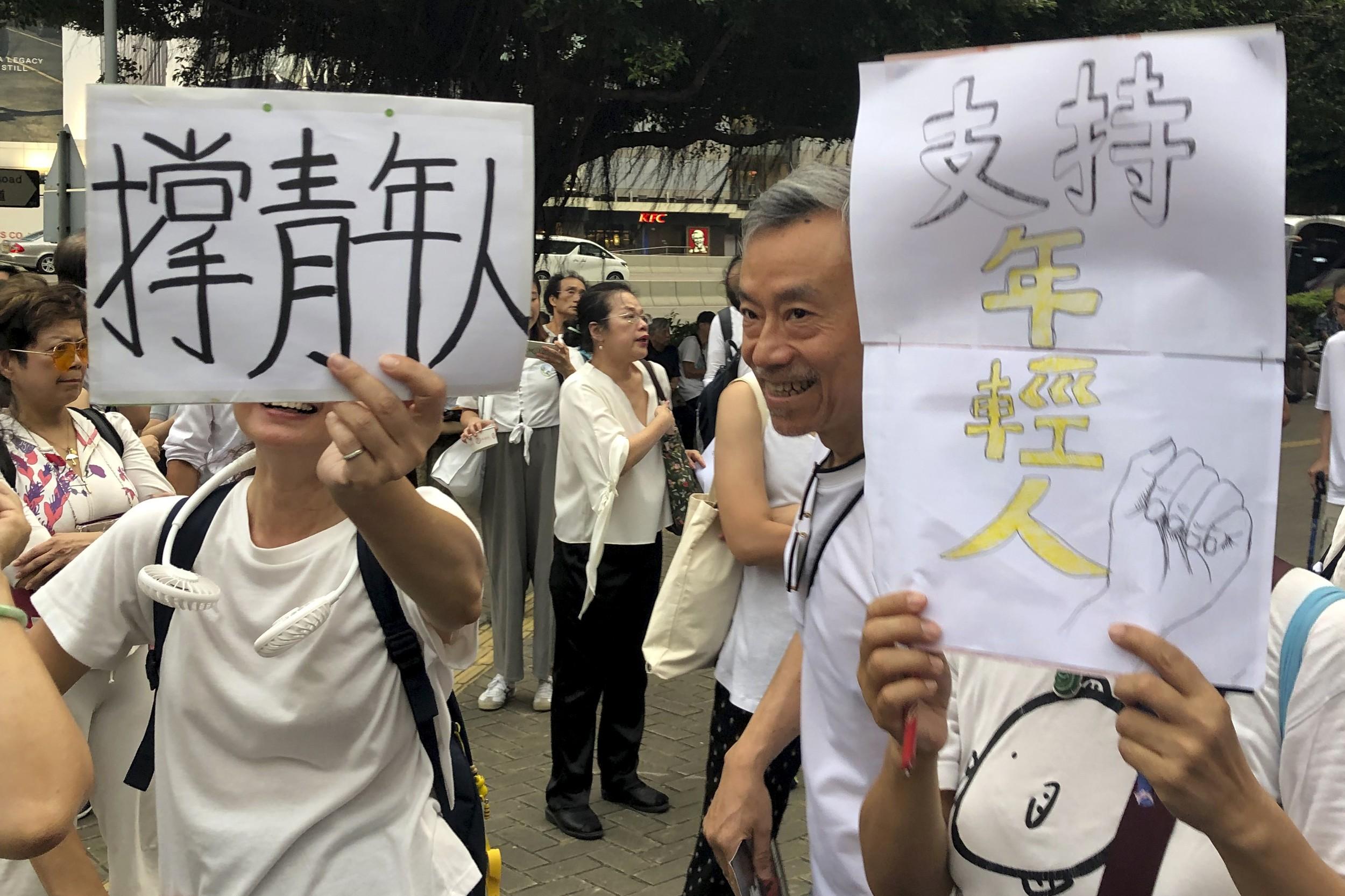 2019年7月17日香港年老民众游行支持抗议的年轻人。(美联社)