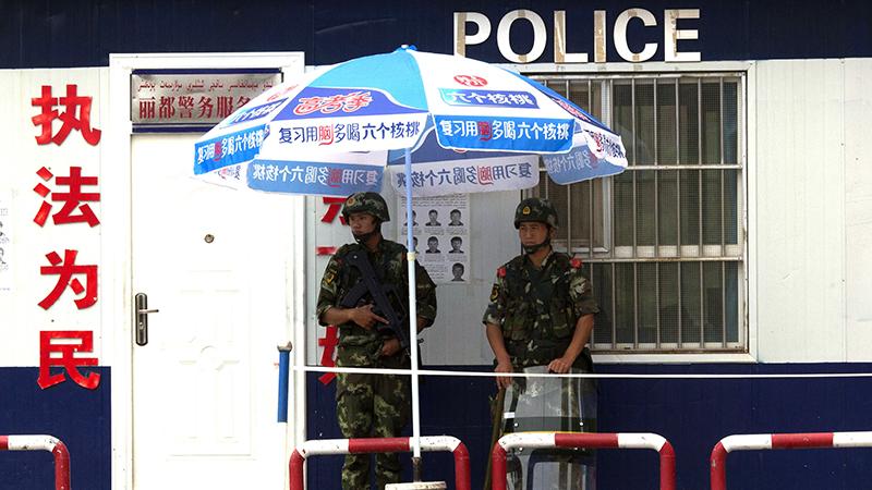资料图片:中国武警在新疆阿克苏执勤(美联社)
