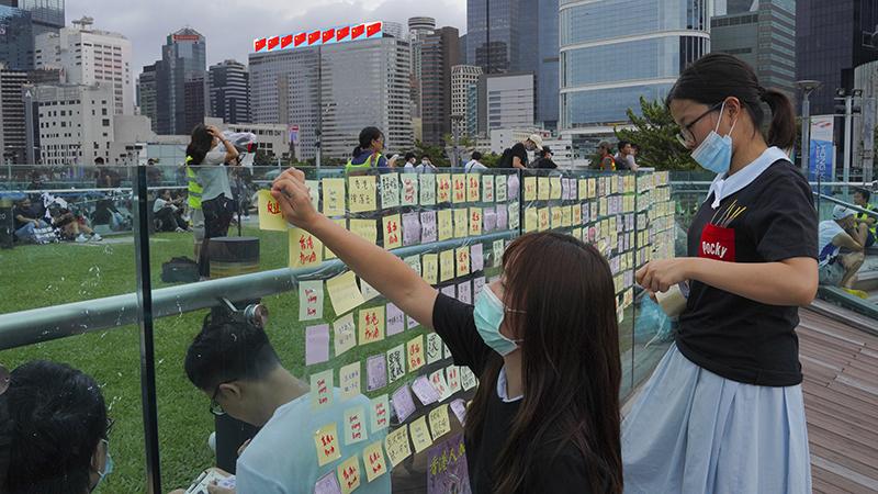 2019年9月3日,香港民众在一堵连侬墙上张贴信息。(美联社)