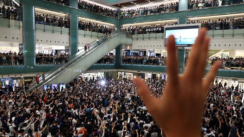 2019年9月11日在香港一家商场内聚会抗议的民众(路透社)