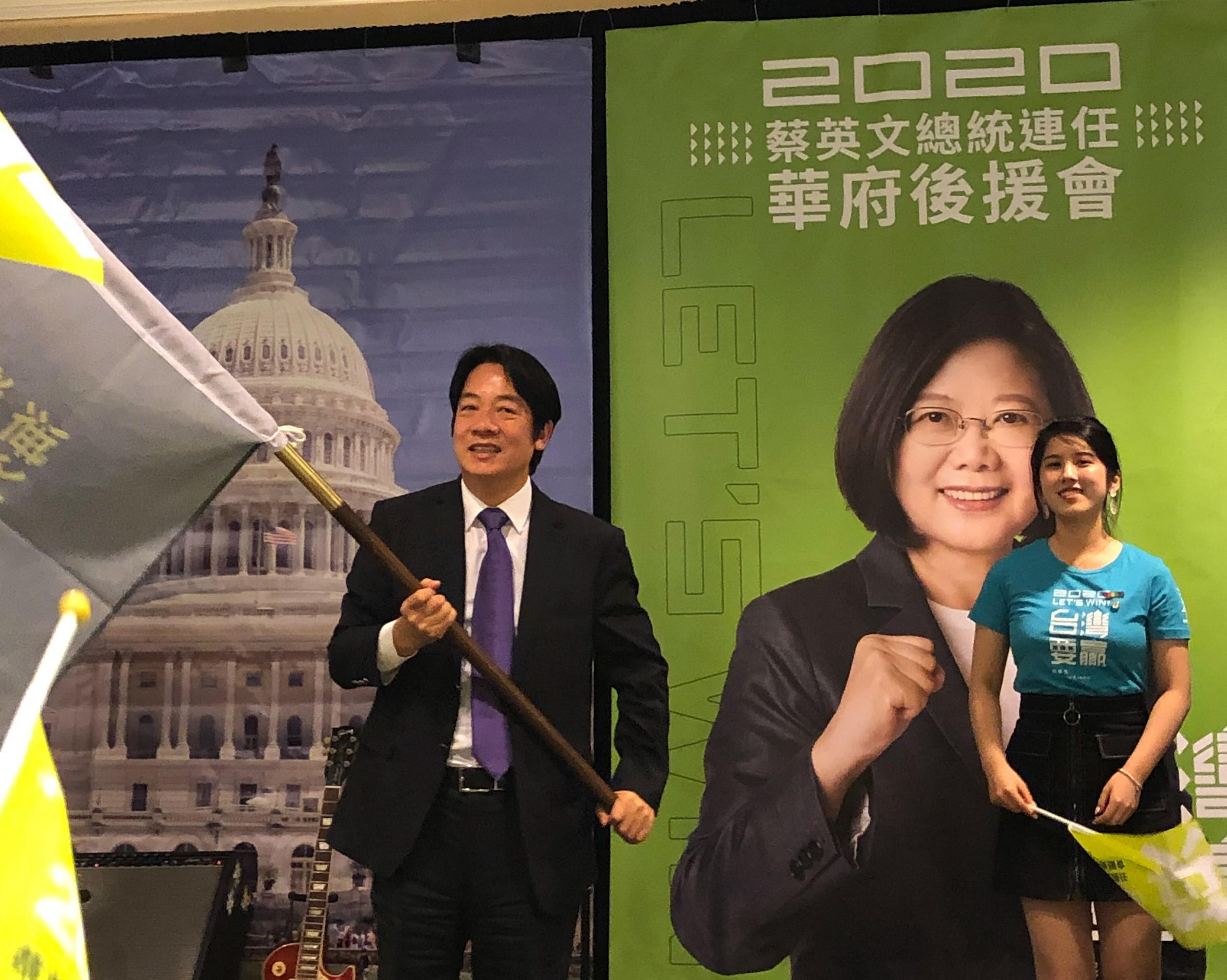 2019年10月19日,代表台湾民进党总统候选人蔡英文到华府参加造势大会的前行政院长赖清德在授旗仪式中将ㄧ面支持蔡英文连任的旗帜交给大华府小英后援会会长简明子 。