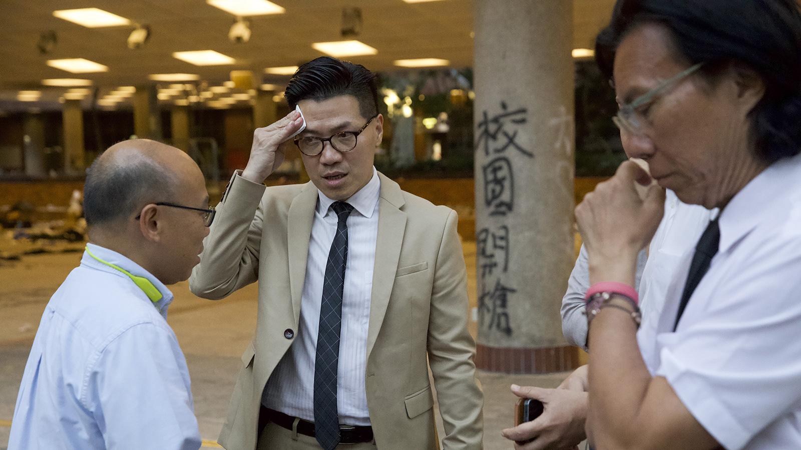 2019年11月25日,香港新当选的立法会议员黄国桐(右)和范国威(中)和香港理工大学的抗议学生见面。(美联社)