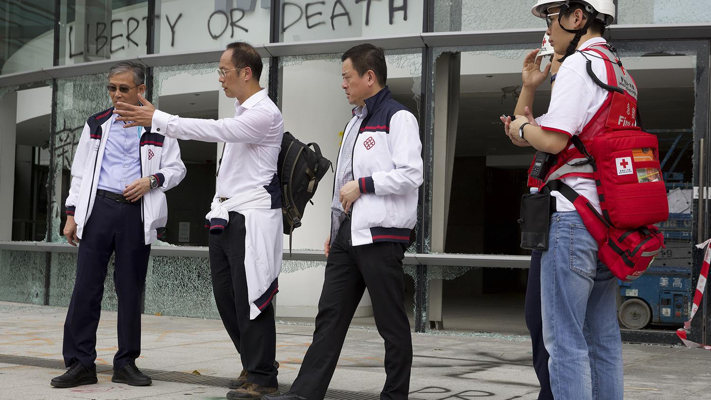 香港理工大学副校长卫炳江(左二)2019年11月26日带人进入理工大学,发现校园内的抗争者已经基本撤离。(美联社)
