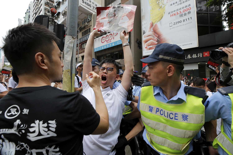 """香港百万人参与的反""""送中""""大游行抗议现场。(美联社)"""