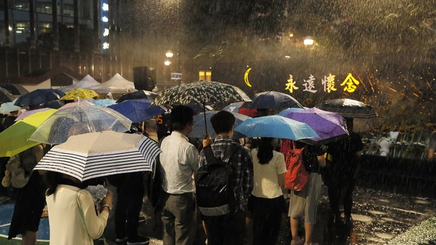 香港市民在悼念在反送中运动中死亡的抗议人士。(美联社)