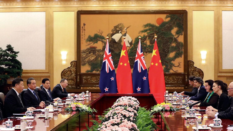 资料图片:2019年4月1日,习近平在北京人民大会堂同新西兰总理阿德恩举行会谈。 (AP)