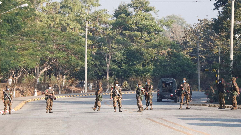 2021年2月1日,缅甸军方接管部分政府建筑物,在首都主要街道把守。(路透社)