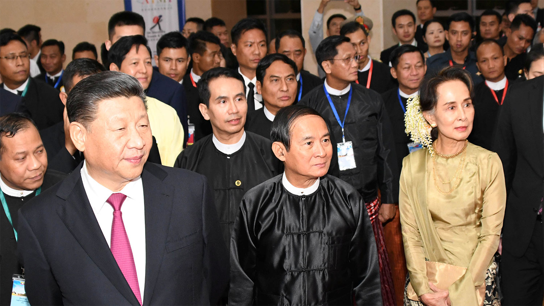 2020年1月17日,中国国家主席习近平、缅甸总统温敏(中)和缅甸国务资政昂山素季(右)出席庆祝中缅建交70周年的仪式。(路透社)
