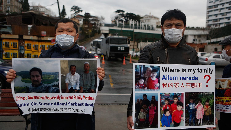 2021年2月10日,维吾尔人在中国驻土耳其大使馆外示威,要求释放疑被囚新疆集中营的家人。(美联社)(photo:RFA)