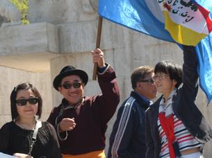 图片:八一年内蒙古六高校学生运动总指挥,流亡德国的保卫内蒙古人权同盟主席席海明(左二)在阿姆斯特丹举办的抗议活动中(天溢摄)