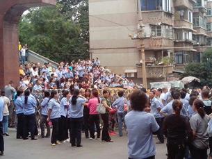 图片: 贵州天义电器公司的工人集体罢工。 (中国茉莉花革命网)