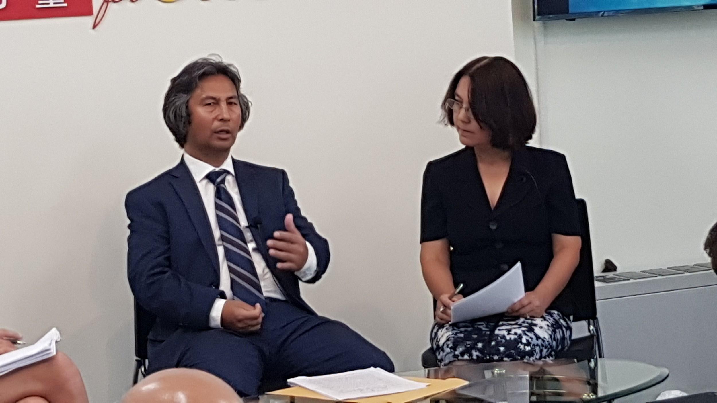 前新疆劳改营受害者哈穆特(左)讲述他的三年遭遇。(记者家傲摄)