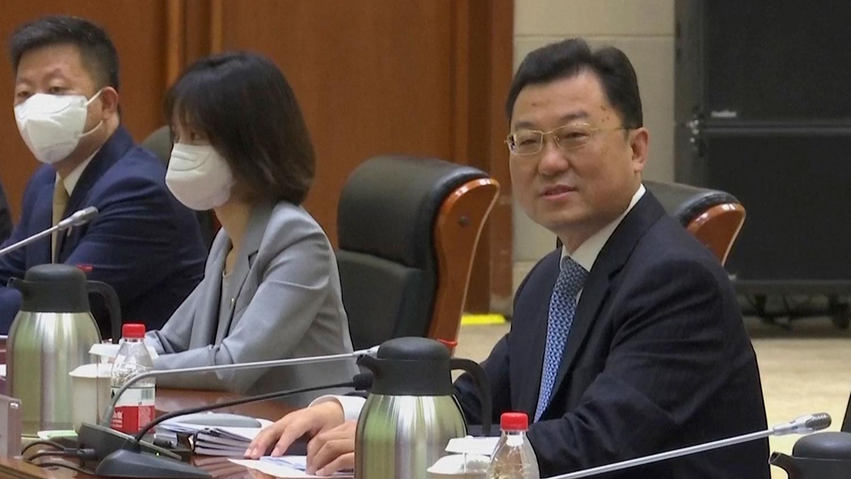 2021 年 7 月 26 日,中国外交部副部长谢锋在天津市与来访的美国官员会谈。 (AP)