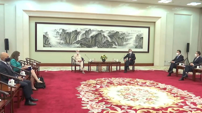 2021年7月26日,美國副國務卿舍曼(Wendy Sherman)在天津與中國國務委員兼外長王毅會面。(美聯社)