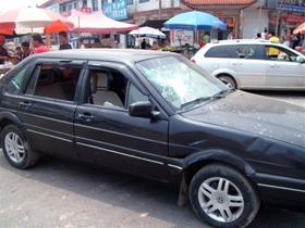 图片:十几辆商户的车辆被砸毁。(商户及志愿者提供)