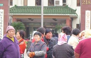图片:上海马桥镇的近千失地农民,在镇政府门前 (村民提供/记者乔龙)