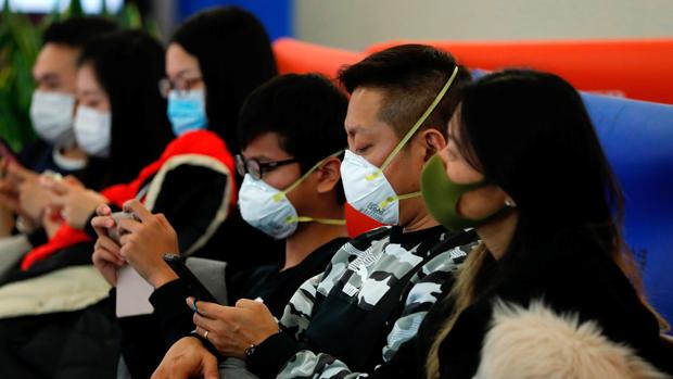 许多香港市民出行已戴上了口罩(路透社)