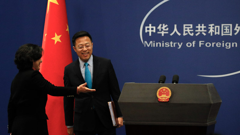 中国外交部发言人赵立坚(右)在推特上称,在武汉导致疫病的新冠病毒可能是美国军人带去的。(美联社)