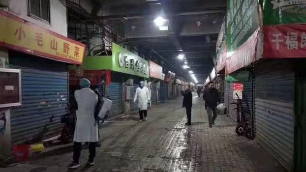 武汉爆发疑似非典疫情,防疫人员为此在当地的华南海鲜市场内消毒。(网民提供/记者乔龙)