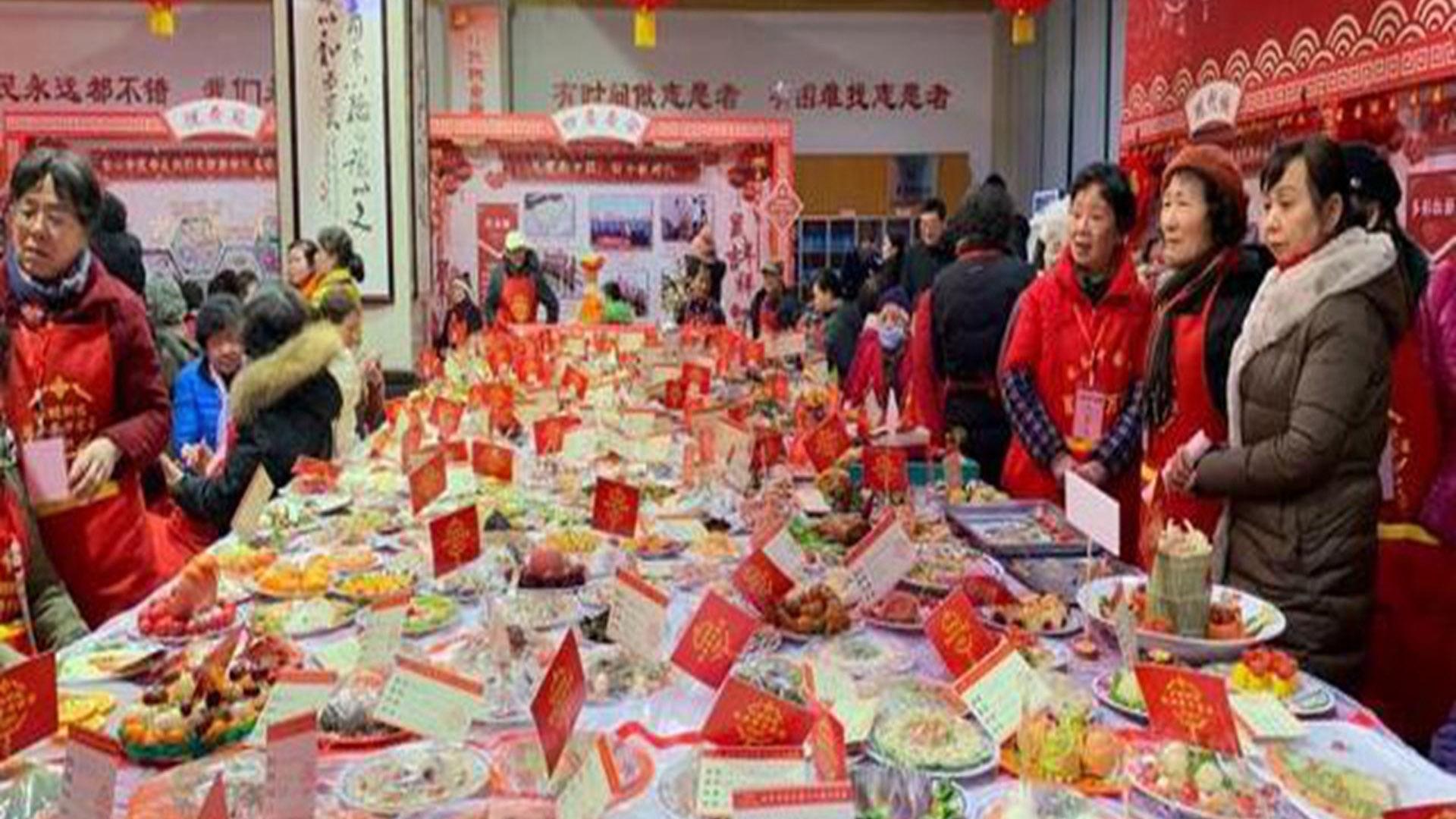 """武汉政府召集过万家庭举办""""万家宴""""庆祝新年。(Public Domain)"""