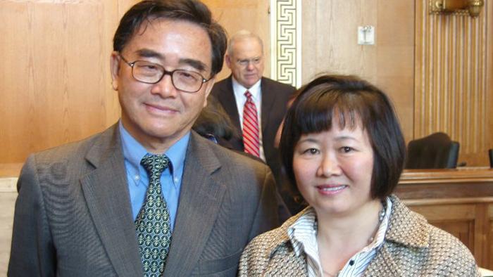 资料图片:王淑平医生(右)(香港开放杂志)