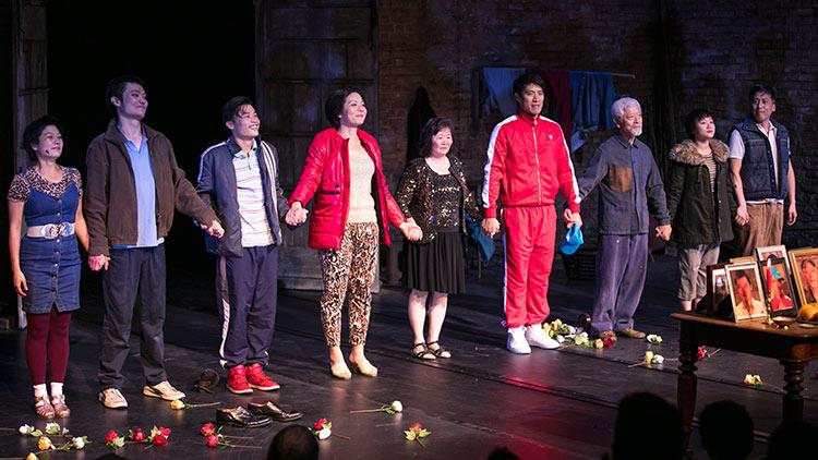 河南艾滋血祸揭发者王淑平(中)与舞台剧《地狱宫殿的国王》的演员合影(高雅竹提供)
