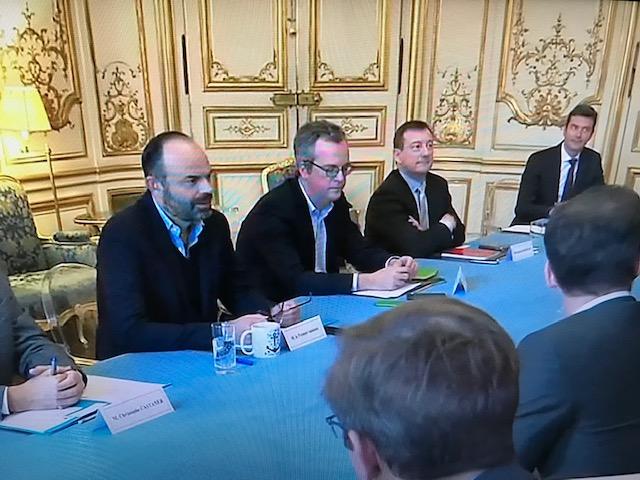 法国总理菲利浦(左一)针对武汉肺炎召开跨部会会议。蔡凌翻拍视频