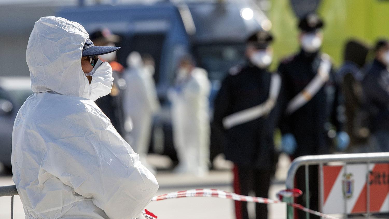 2020年2月27日,意大利红十字会工作人员在意大利西西里岛墨西拿港口。(法新社)